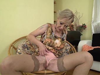 Sexy granny Maris feeding her old cunt